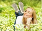 gladkvinde i græs